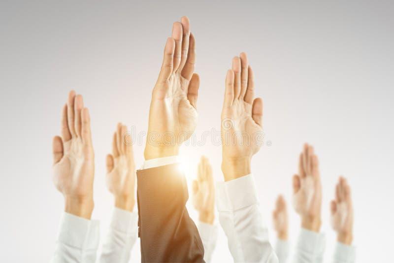 Os empresários levantaram as mãos para ganhar a celebração da organização imagens de stock