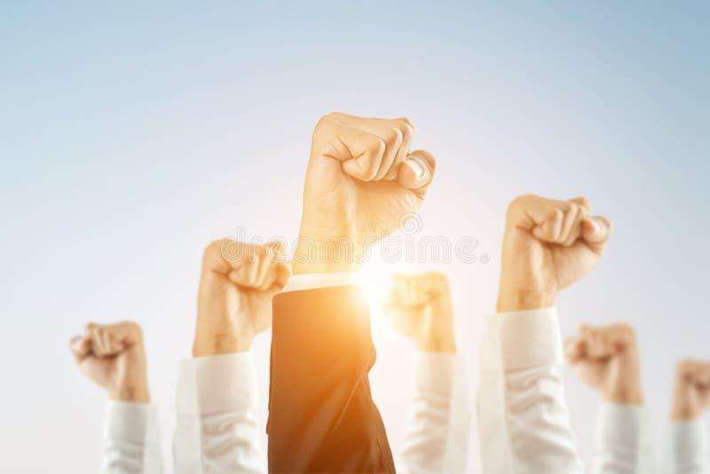 Os empresários levantaram as mãos para ganhar a celebração da organização fotografia de stock royalty free
