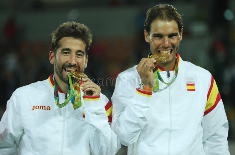 OS:en kämpar för Mark Lopez och Rafael Nadal av Spanien under medaljceremoni efter segern på sista mäns dubbletter arkivbilder