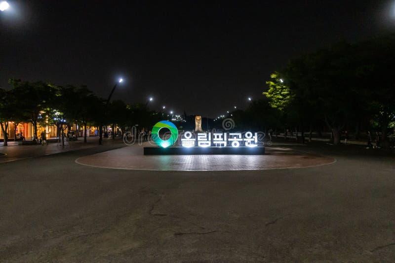 OS:en parkerar på natten, Seoul royaltyfri bild