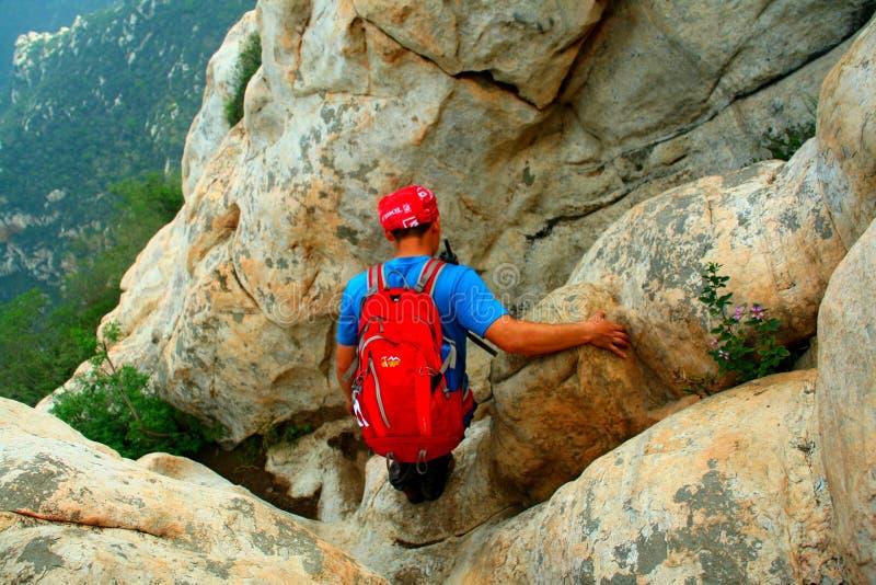 Os entusiastas do alpinismo observam a rota em declive na borda do penhasco da cimeira da montanha de Shaolin em Songshan, China fotografia de stock