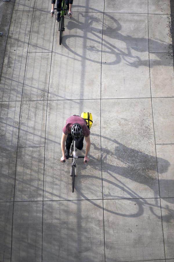 Os entusiastas dos amadores dos ciclistas estão montando bicicletas ao longo do pa da bicicleta fotos de stock