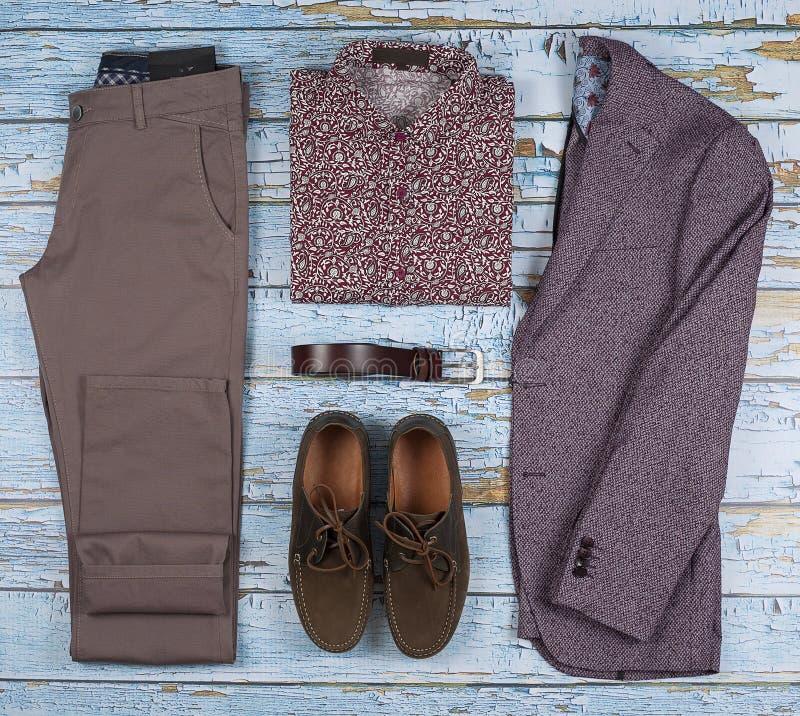 Os equipamentos ocasionais dos homens para o grupo da roupa dos homens com sapatas, calças, camisa no fundo de madeira, vista sup imagens de stock royalty free