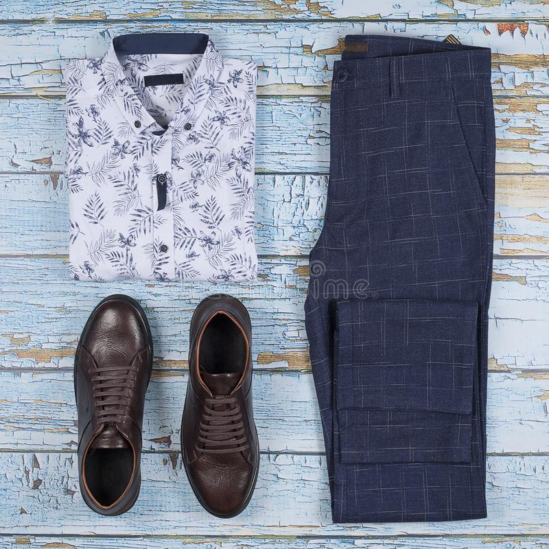 Os equipamentos ocasionais dos homens para o grupo da roupa dos homens com sapatas, calças, camisa no fundo de madeira, vista sup fotografia de stock
