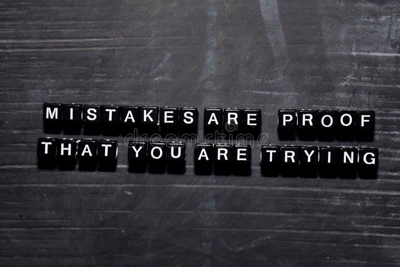 Os erros são prova que você está tentando em blocos de madeira Conceito da educa??o, da motiva??o e da inspira??o imagem de stock