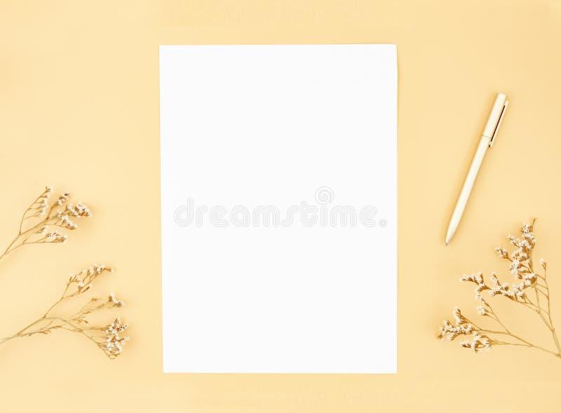 Os escritores trabalham a mesa com o modelo de papel vazio da lista Máscaras bege do outono Configura??o lisa com espa?o da c?pia foto de stock royalty free