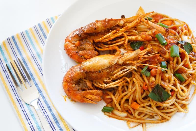 Os espaguetes tailandeses italianos do alimento da fusão agitam a fritada com picante tailandês imagem de stock royalty free