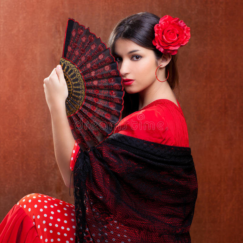 Os espanhóis aciganados da rosa do vermelho da mulher do dançarino do Flamenco ventilam foto de stock