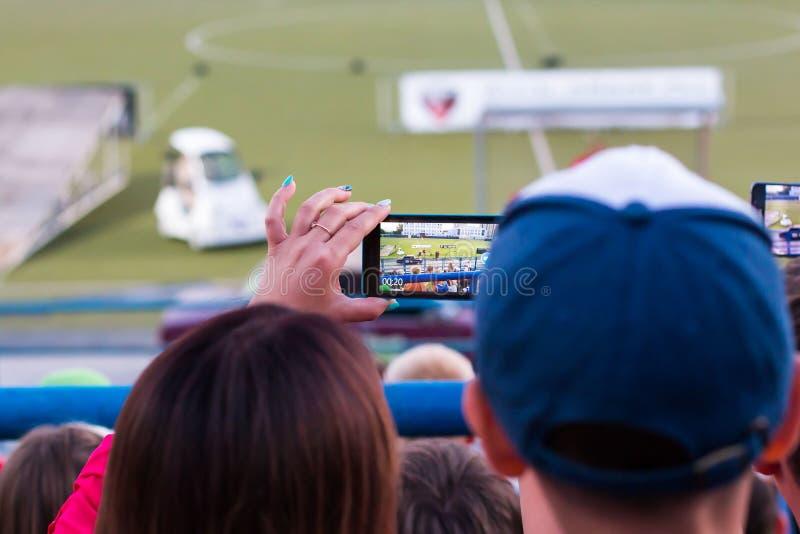Os espectadores estão tomando imagens da feira automóvel extrema em Kirov cit imagem de stock