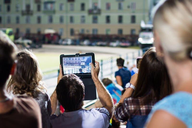 Os espectadores estão tomando imagens da feira automóvel extrema em Kirov cit fotografia de stock