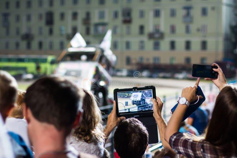Os espectadores estão tomando imagens da feira automóvel extrema em Kirov cit foto de stock