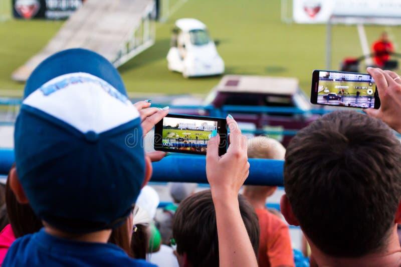 Os espectadores estão tomando imagens da feira automóvel extrema em Kirov cit foto de stock royalty free