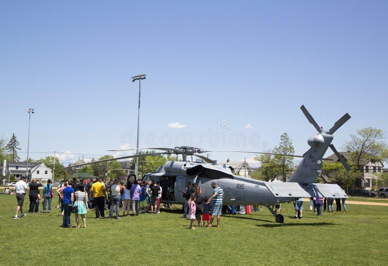 Os espectadores numerosos em torno do helicóptero de MH-60S do mar do helicóptero combatem o esquadrão cinco durante a semana 201 fotografia de stock royalty free