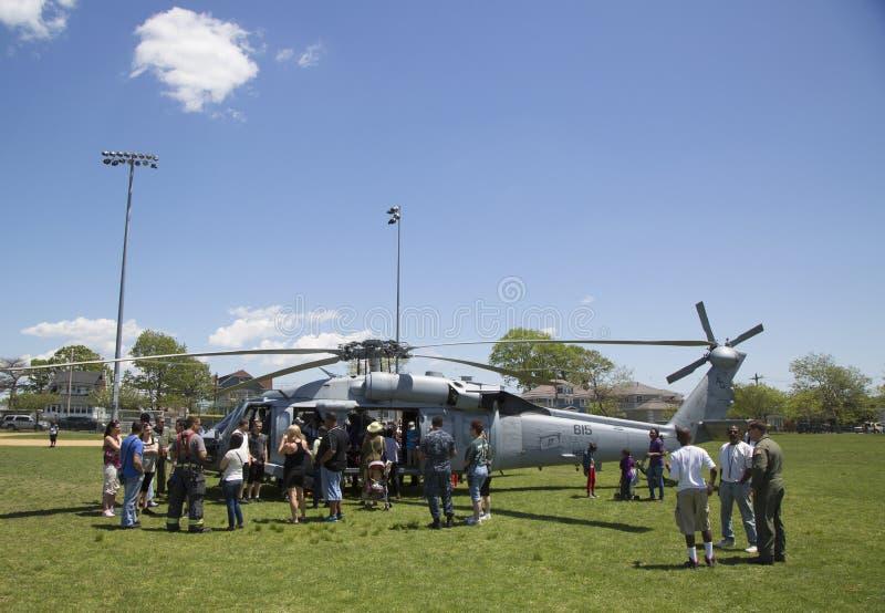 Os espectadores numerosos em torno do helicóptero de MH-60S do mar do helicóptero combatem o esquadrão cinco durante a semana 201 fotografia de stock