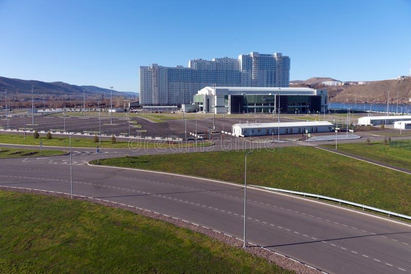 Os esportes centram-se da arena do gelo da platina nos alvoreceres quietos da vizinhança da cidade de Krasnoyarsk, construídos pa imagem de stock