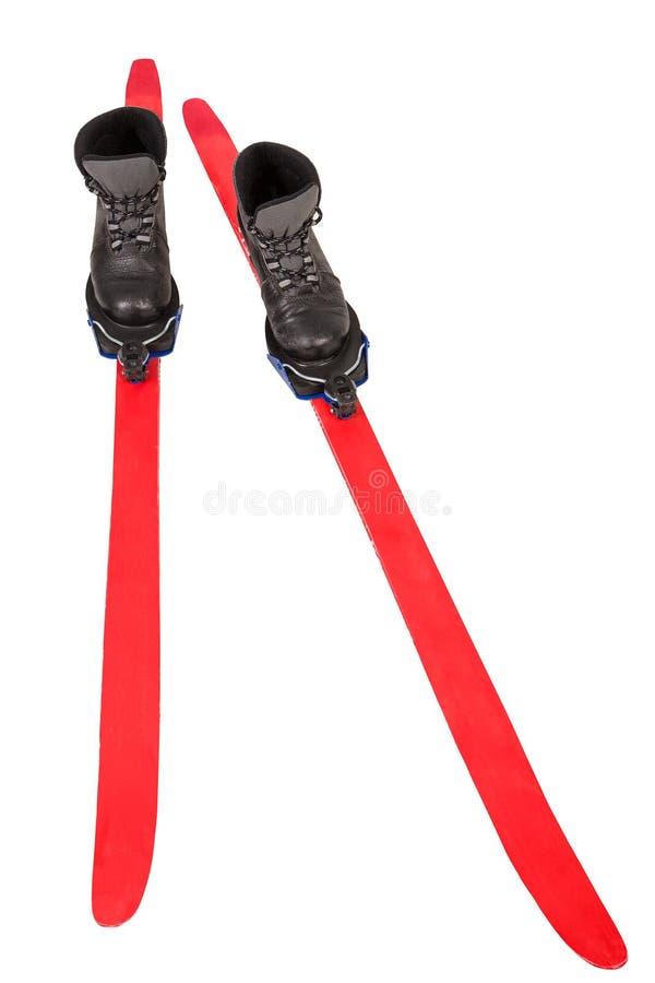 Os esportes esquiam com as sapatas vermelhas isoladas no fundo branco foto de stock