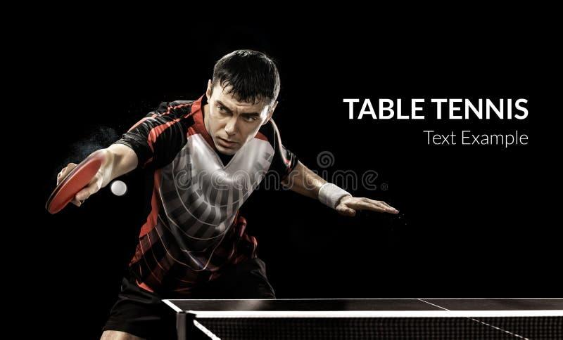 Os esportes novos equipam o jogador de tênis no jogo no preto foto de stock royalty free