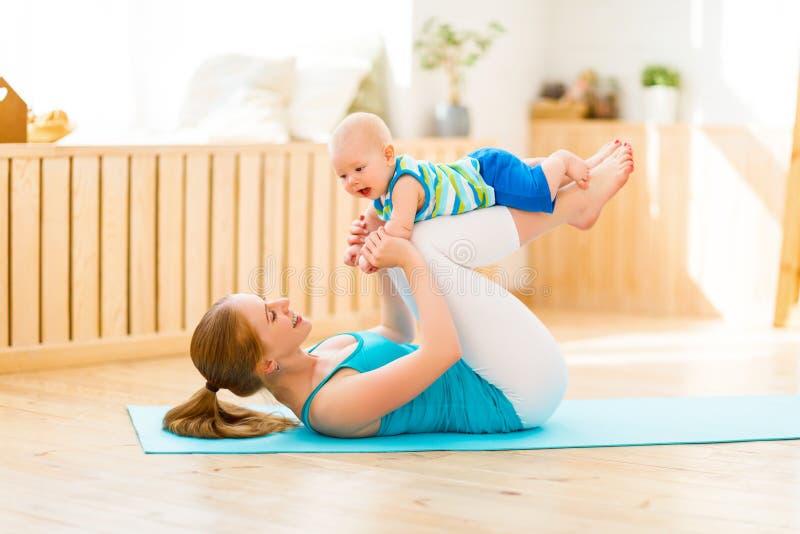 Os esportes serem de mãe são contratados na aptidão e na ioga com bebê em casa