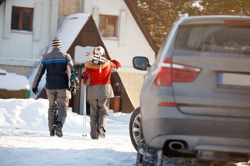 Os esquiadores acoplam-se no feriado de inverno, vista traseira imagens de stock royalty free