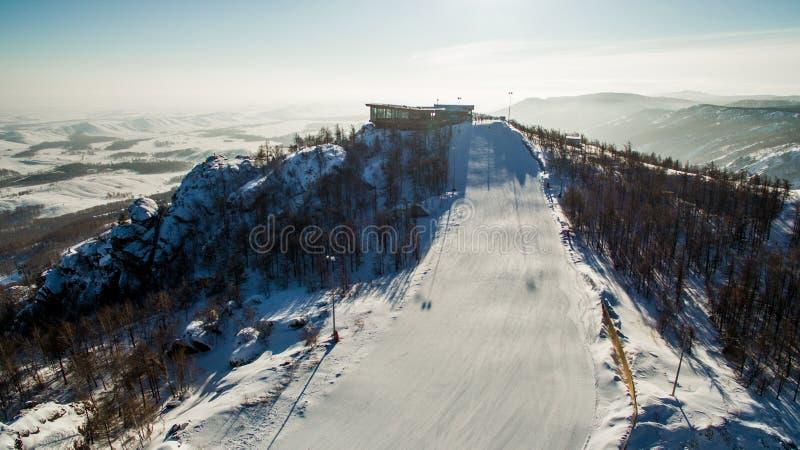 Os esquiadores e os snowboarders deslizam para baixo a montanha perto do lago Bannoe aéreo imagem de stock royalty free