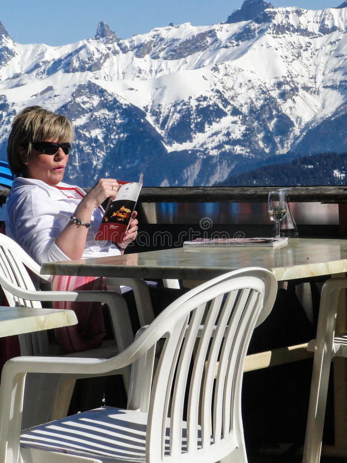 Os esquiadores relaxam em um restaurante da montanha alta fotografia de stock royalty free