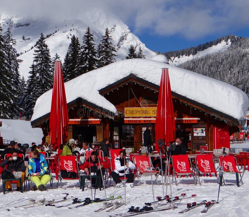 Os esquiadores relaxam no sol foto de stock royalty free