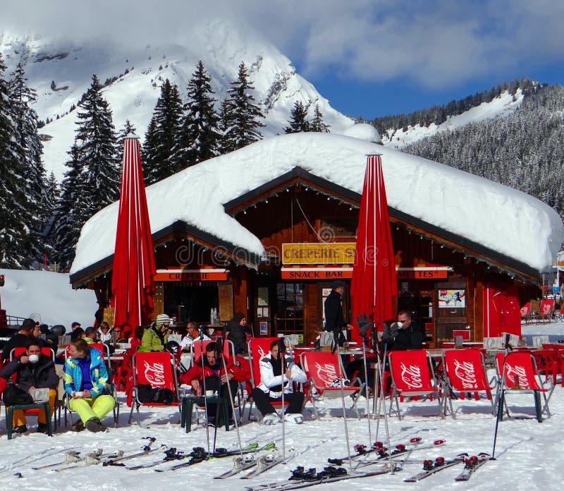 Os esquiadores relaxam no sol imagem de stock