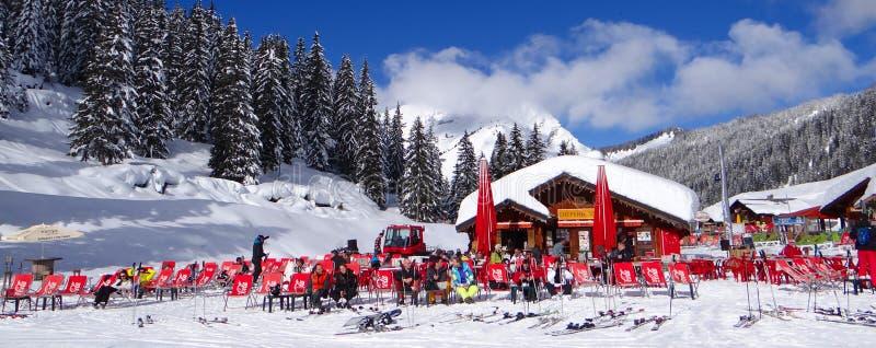 Os esquiadores relaxam no sol fotos de stock