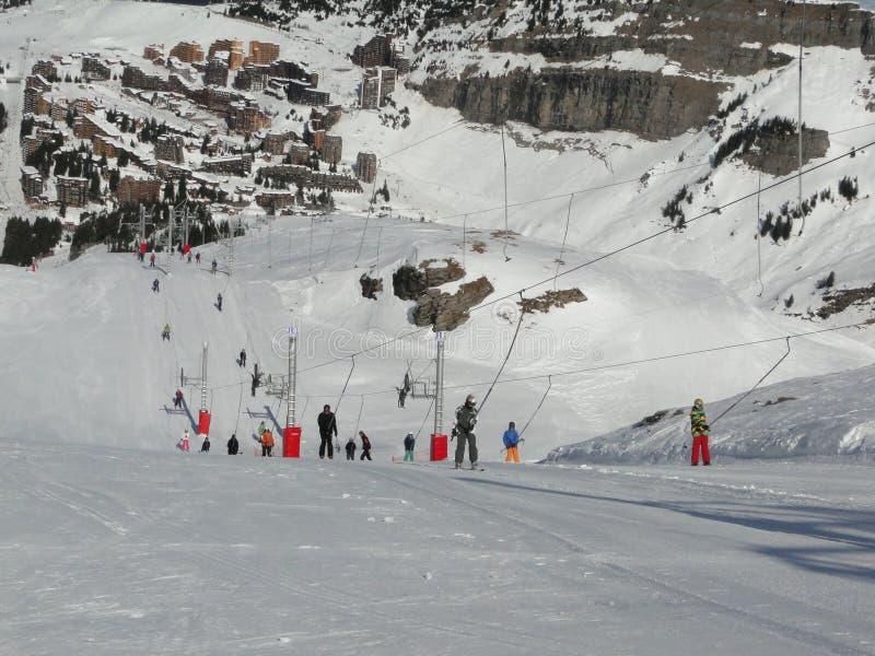 Os esquiadores usam o reboque para ascensão as inclinações foto de stock