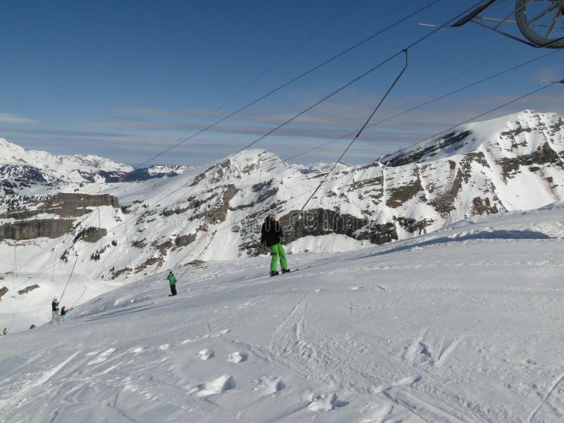 Os esquiadores usam o reboque para ascensão as inclinações imagem de stock