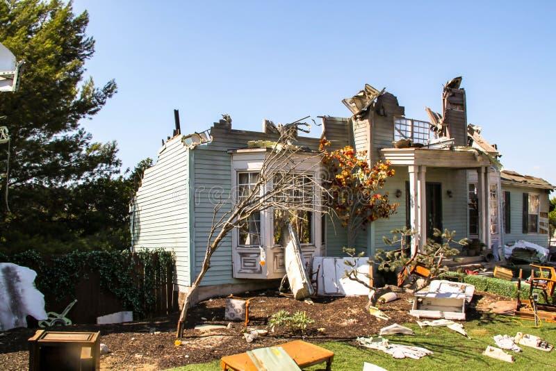 Os estúdios de Paramount representam a construção destruída após a cena de acidente de aviação EUA Los Angeles, Hollywood fotos de stock royalty free
