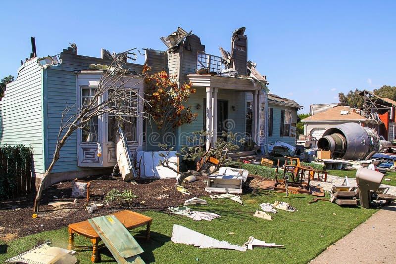 Os estúdios de Paramount representam a construção destruída após a cena de acidente de aviação Los Angeles, Hollywood imagem de stock royalty free