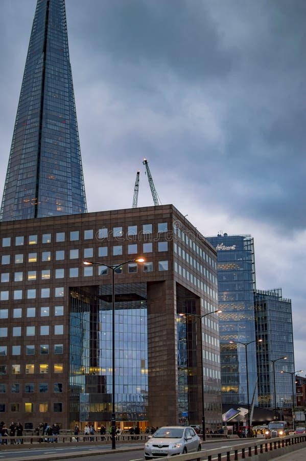Os estilhaços que buiding em Londres com as nuvens com luzes da noite fotos de stock