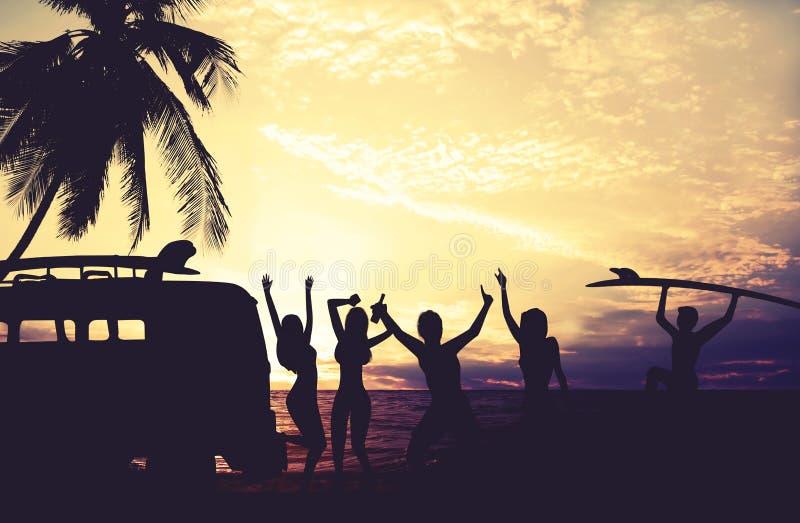 Os estilos da foto da arte do surfista da silhueta party na praia no por do sol fotografia de stock royalty free