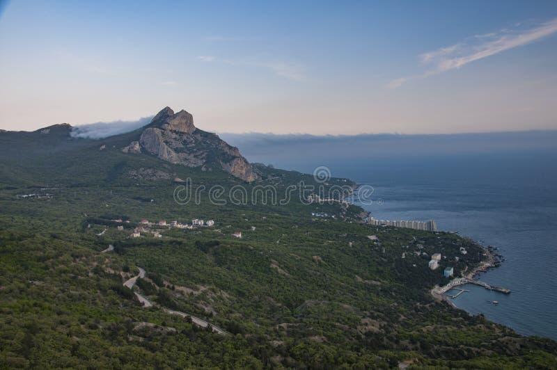 Os estiramentos da vila de beira-mar ao longo do mar imagem de stock