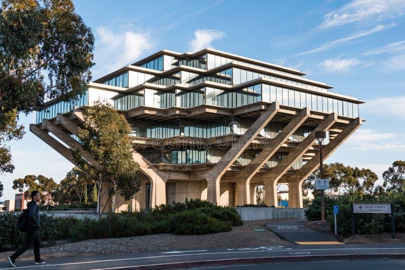 Os estudantes andam pela biblioteca de Geisel no UCSD fotografia de stock