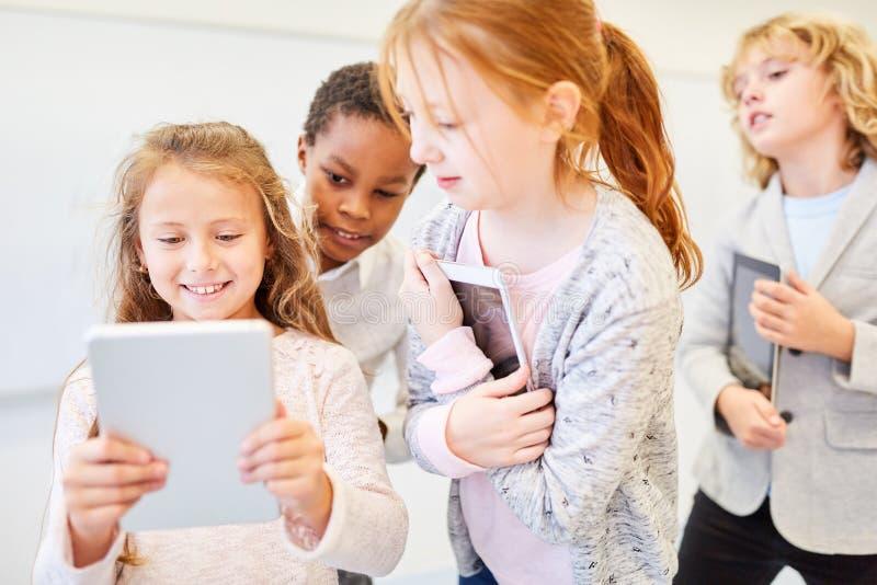 Os estudantes aprendem com o tablet pc imagem de stock royalty free
