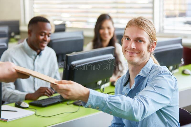 Os estudantes aprendem no curso da universidade do computador foto de stock