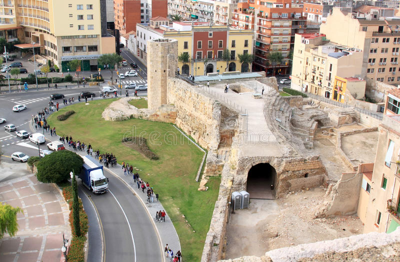 Os estudantes aproximam o circo romano, Tarragona, Spain imagem de stock royalty free