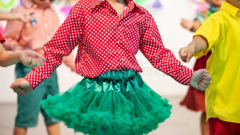 os estudantes childern do jardim de infância dançam na fase imagem de stock