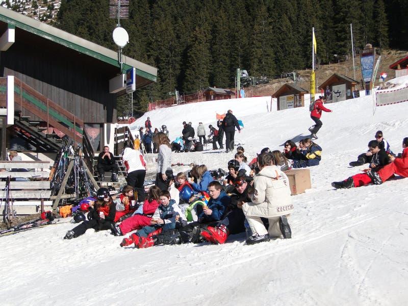 Os estudantes da escola do esqui quebram para o almoço fotografia de stock