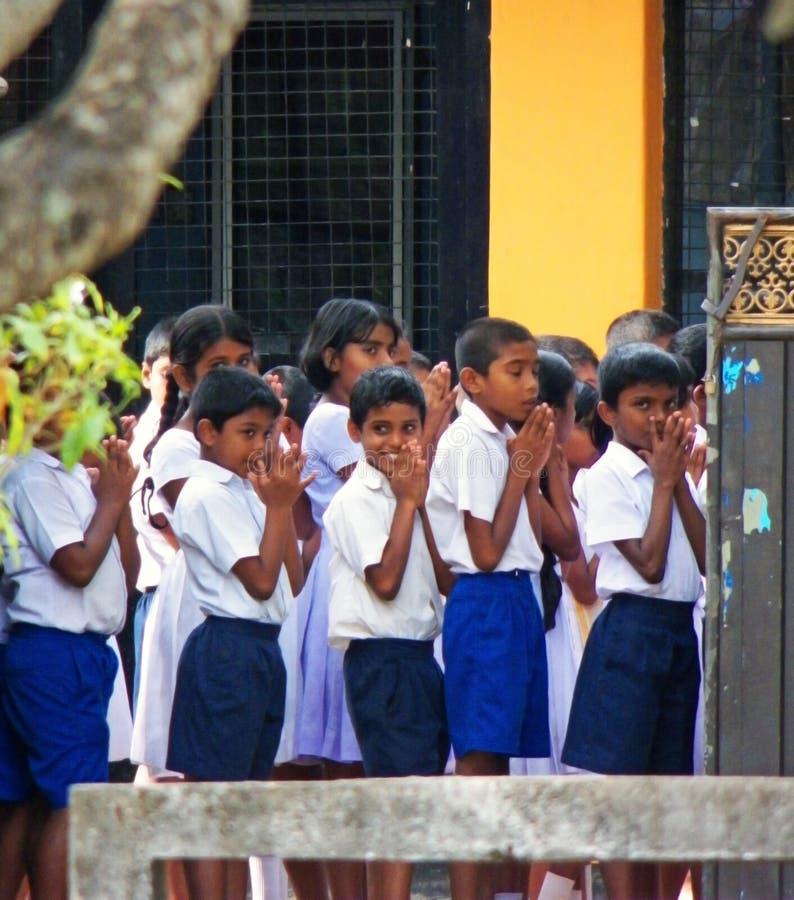 Os estudantes da escola primária em Sri Lanka que tem sua manhã rezam antes da classe fotos de stock royalty free