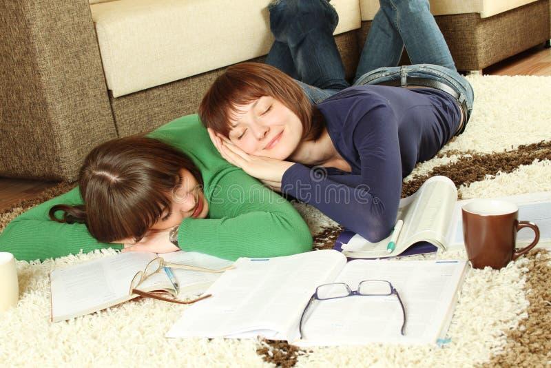 Os estudantes da rapariga são tired estudar e dormir fotos de stock