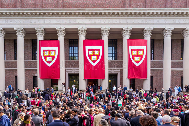 Os estudantes da Universidade de Harvard recolhem para seu cerem da graduação imagens de stock
