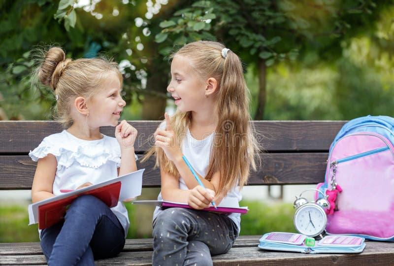 Os estudantes de sorriso compõem ideias para tirar O conceito da escola, estudo, educação, amizade, infância imagens de stock royalty free