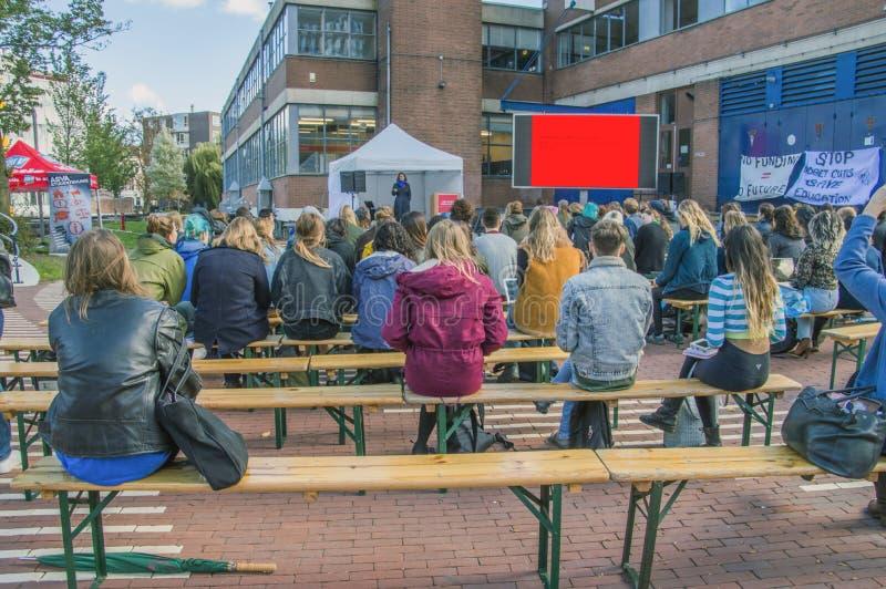Os estudantes de UVA seguem lições fora para protestar contra cortes na educação Toda em torno dos protestos similares holandeses fotografia de stock