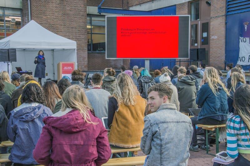 Os estudantes de UVA seguem lições fora para protestar contra cortes na educação Toda em torno dos protestos similares holandeses imagem de stock