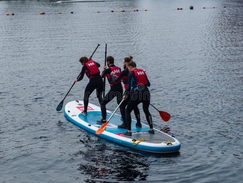 Os estudantes do principiante aprendem levantam-se o embarque da pá em cais de Salford em Manchester, Reino Unido fotos de stock royalty free