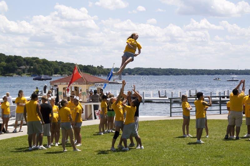 Os estudantes executam exercícios acrobáticos foto de stock