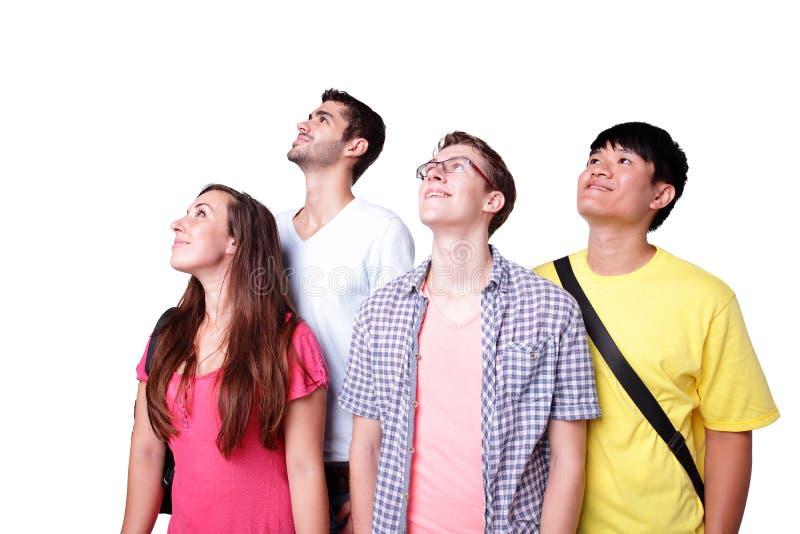 Os estudantes felizes do grupo olham acima imagem de stock
